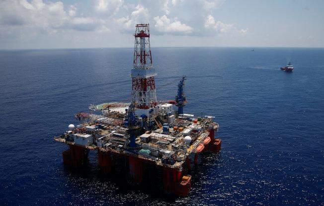 圖為在越南頭頓海岸附近的一座深水鑽井平台。 (路透)