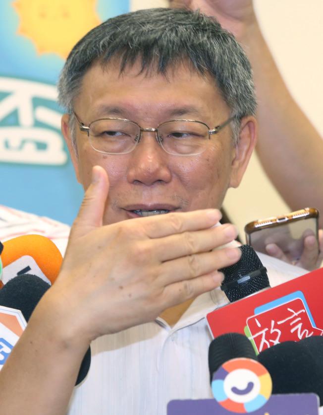 台北市長柯文哲20日出席親子活動後受訪,連日辛辣重砲,顯得收斂許多。(記者林俊良/攝影)