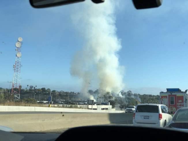 濃煙從靠近110號南向公路的路邊沖天而起。(讀者提供)