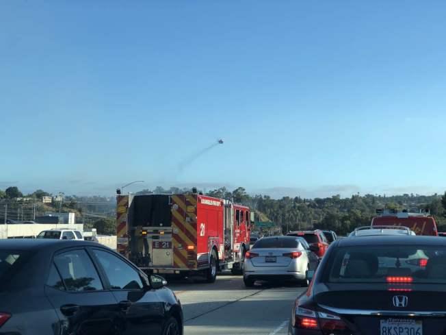 洛縣消防局已經駛上公路前往現場搶險。(讀者提供)
