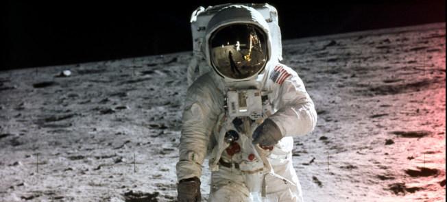 1969年7月20日,阿波羅11號首次成功登月,美國宇航員阿姆斯壯在月球表面行走。(美國航太暨太空總署圖片)