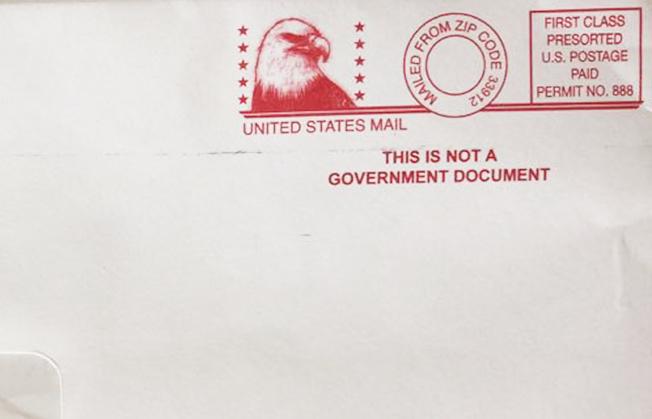 信封有類似政府機構的印章。(讀者提供)