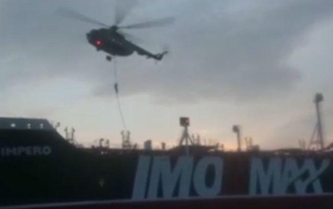蒙面的伊朗突擊隊員從直升機援繩而下,控制英國油輪。(Getty Images)