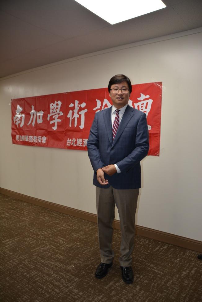 西來大學藥物科學教授王競華探討中藥與西藥的發展與結合。(記者高梓原/攝影)