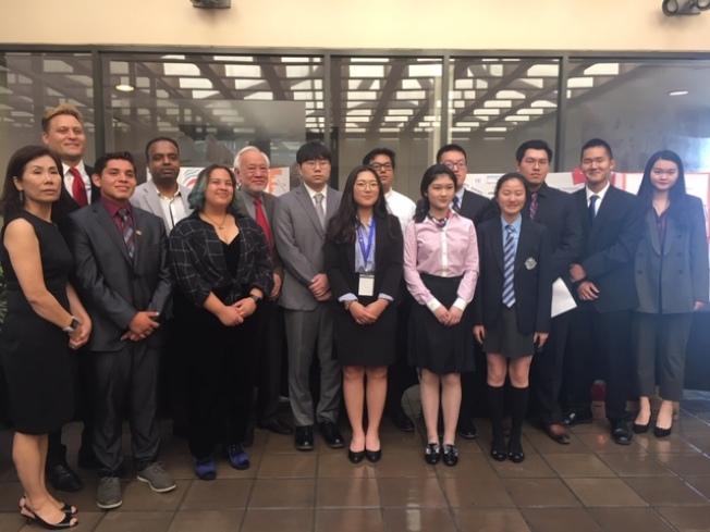 2019年度聯合國青少年外交官訓練營南加州分營20日在克萊蒙學院舉行第一階段結營儀式,來自聯合國可持續發展計畫青少年外交官與中美兩國的同齡人分享培訓心得。(記者楊青/攝影)