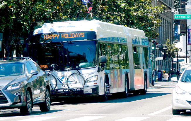 公交車車頭為自行車提供擺放的車架。(記者梁雨辰/攝影)