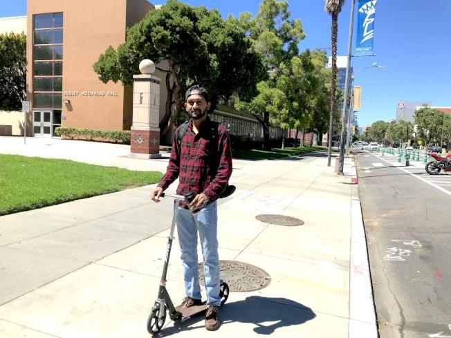 拉內每天騎自己的滑板車出行。(記者梁雨辰/攝影)
