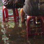 暴雨淹水照吃雞肉飯「雨再大也要吃完」