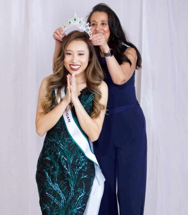 選美大會剝奪Kathy Zhu的頭銜,還要她撤下戴著后冠和加冕的照片。(推特)