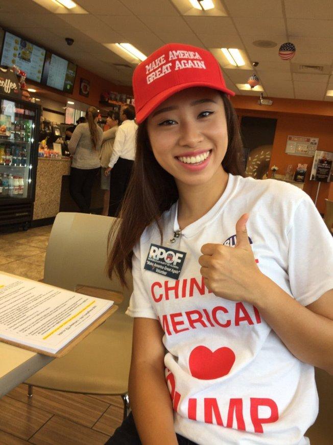 Kathy Zhu在推特上貼出照片,身穿華裔美國人支持川普的T恤。(推特)