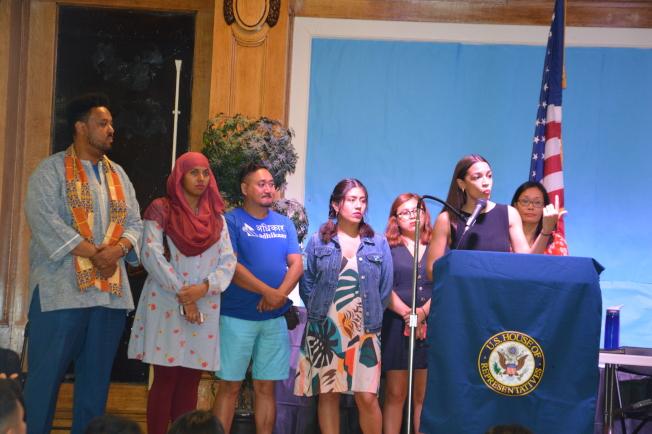 柯提茲(講話者)斥責川普政府強行分離孩子與父母的移民政策,後排右一為孫慧君。(記者牟蘭/攝影)