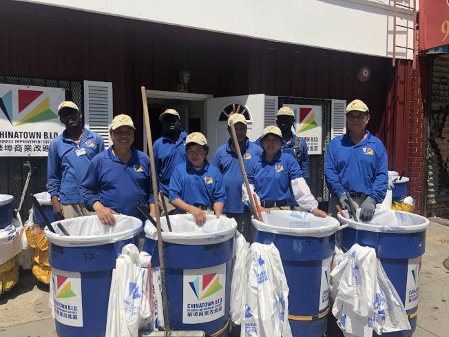 五位華裔清潔工與三名非洲裔清潔工當班清掃華埠街道。(記者張晨/攝影)