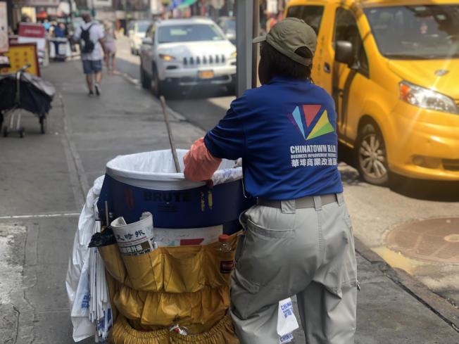 63歲的曾月萍清掃勿街街道。(記者張晨/攝影)