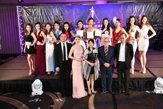楊瀅雪(二排左六起)、玄府靈以及蕭婕琳奪得第十八屆美國華裔小姐選美競選才藝比賽前三強。(主辦方提供)