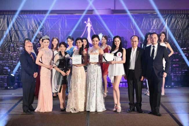 楊瀅雪(前排左四起)、玄府靈以及蕭婕琳奪得第十八屆美國華裔小姐選美競選才藝比賽前三強。(主辦方提供)