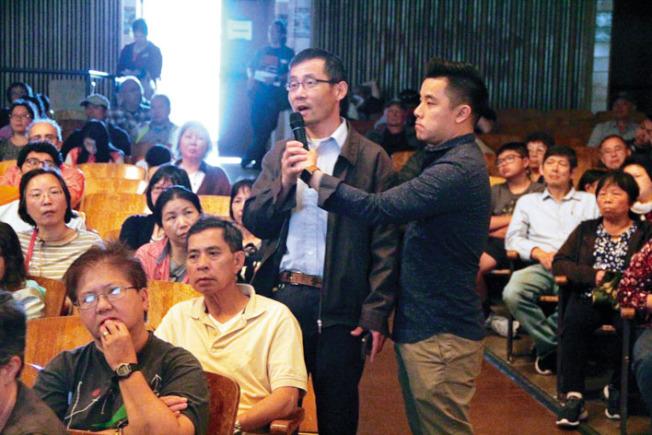 大批華人出席社區大會,反對遊民停車場項目。(記者李晗/攝影)