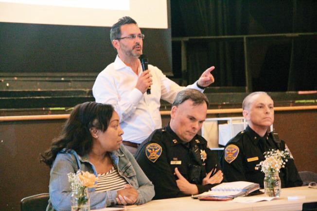 市議員安世輝(站立者)與市府各局官員在場回答提問。(記者李晗/攝影)
