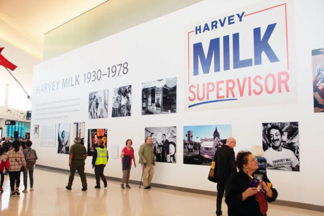 SFO米爾克航站樓揭幕,有一整面的走廊墻壁上均是米爾克的資料和照片。(記者李晗/攝影)