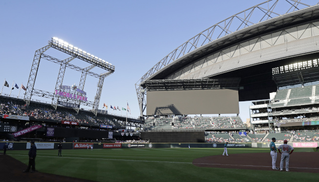 水手隊棒球場受停電之苦,大螢幕出現空白。(美聯社)