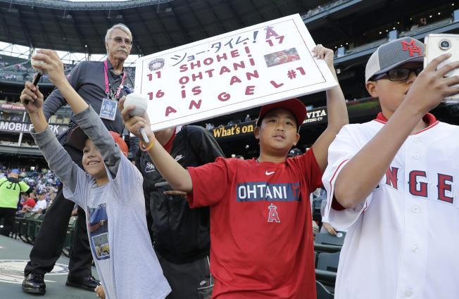 日本粉絲現身西雅圖棒球場為大谷翔平吶喊加油。(美聯社)