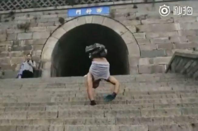 劉紅剛雙手倒立11小時攀爬8000多台階登頂泰山。(視頻截圖)