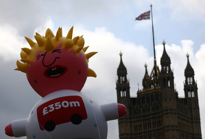 英國數千名民眾20日走上街頭抗議脫毆及強生,並且製作「強森寶寶」氣球表達不滿。路透