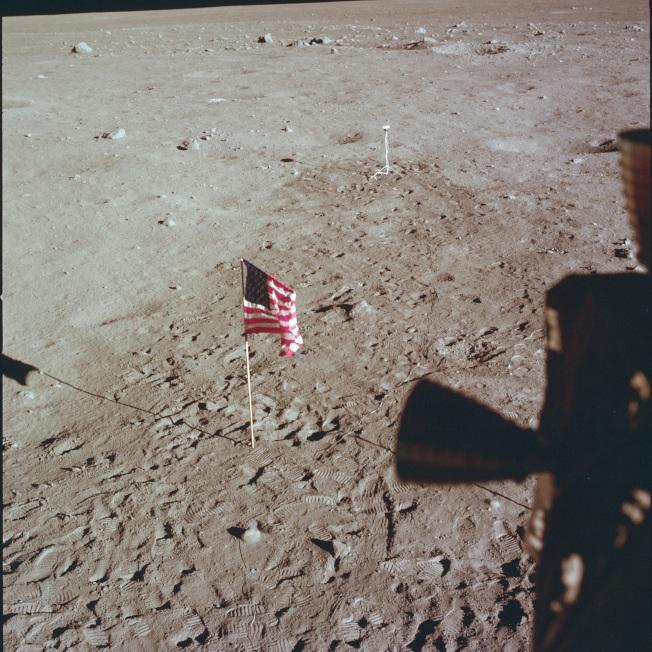 阿波羅11號太空人在月球表面插上美國國旗後,返回地球。(美聯社)