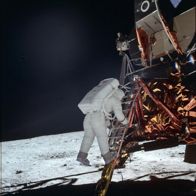 阿波羅11號太空人艾德林走下登月小艇,準備踏上月球表面。(美聯社)