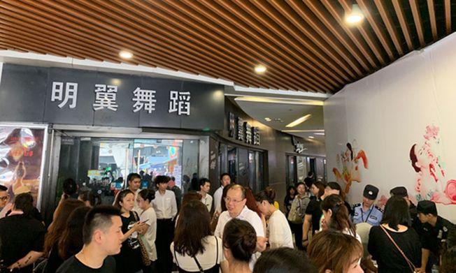 2019年7月20日,上海明翼舞蹈顧村店前多名會員要求退費,店內人去樓空。(取材自澎湃新聞)