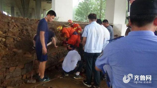 濟南圍牆塌方,3名被困婦女被救出,其中2人受輕傷,1人經搶救無效死亡。(取材自齊魯網)