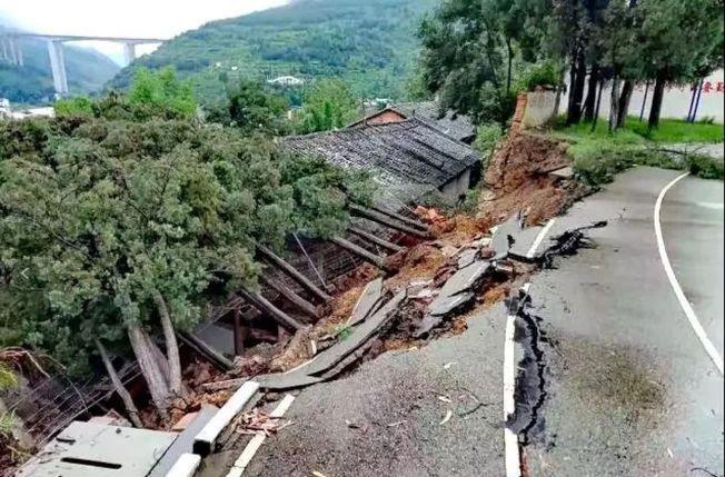 雲南一中學圍牆因降雨倒塌壓垮民房,造成兩個小孩遇難。(取材自春城晚報)