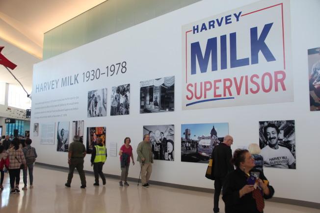 SFO米爾克航站樓揭幕,有一整面的走廊墻壁上均是米爾克的資料和照片。(記者李晗 / 攝影)