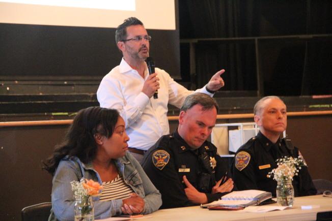 市議員安世輝(站立者)與市府各局官員在場回答提問。(記者李晗 / 攝影)