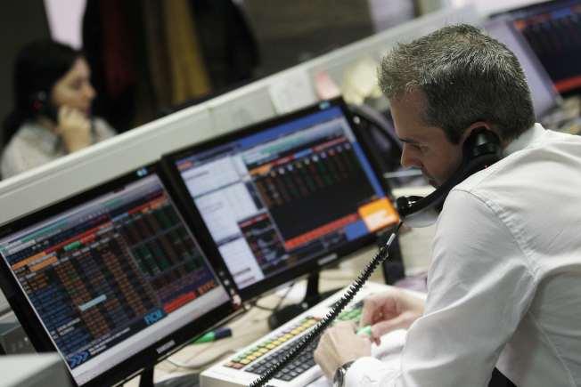 電腦在股、匯市取代了電話之後,如今也開始前進債市,讓債券交易員手中握的從電話變成滑鼠。(路透)