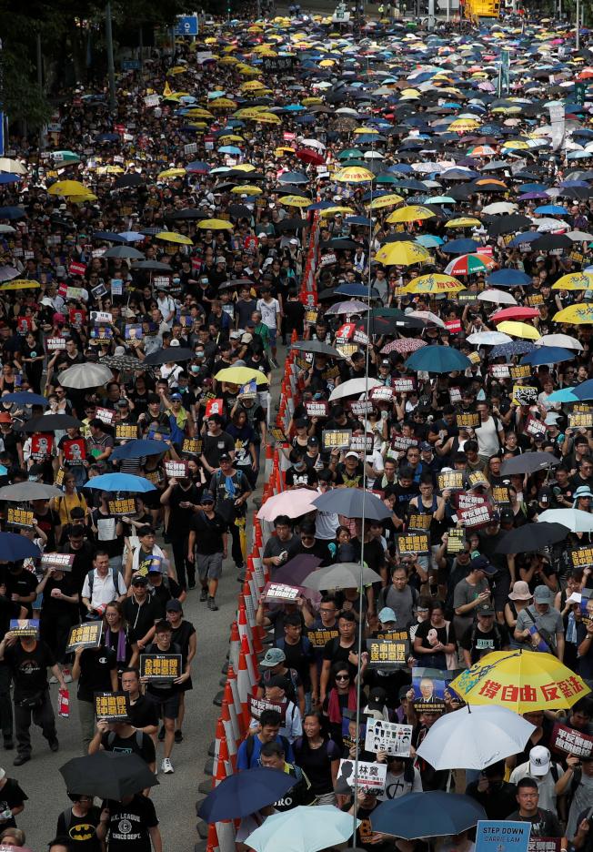 香港民陣昨天再度發起「反送中」遊行。(路透)