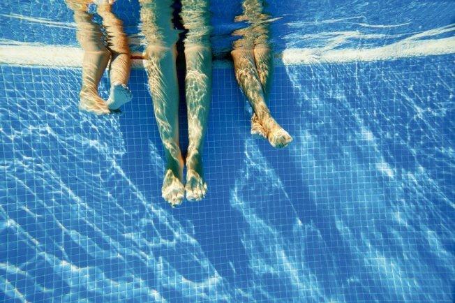 研究團隊蒐集2014年中3個月的泳池水質樣本,經過分析,以其中一個取樣泳池,水量為84萬公升計算,發現有75公升尿液在其中;整體數據平均後發現,每個泳池中尿液約占總量的0.01%。 圖╱123RF