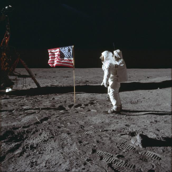 1969年7月20日,太空人艾德林與月球表面的美國國旗合影。美聯社
