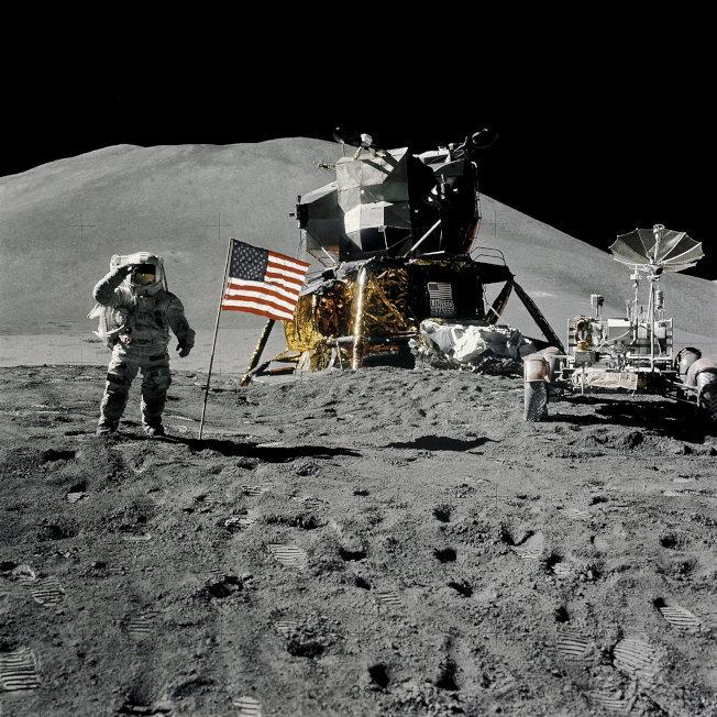 太空人艾爾文1971年在阿波羅15號登月時,在月球插上美國國旗,然後對著鏡頭舉手敬禮。(路透)