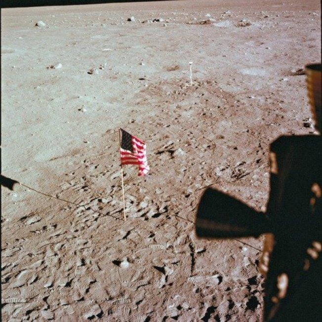 阿波羅11號太空人在月球表面插上美國國旗後,返回地球。 美聯社