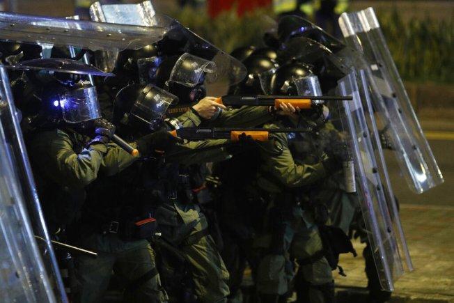 香港警方發射催淚彈及橡膠子彈驅散示威者。(美聯社)