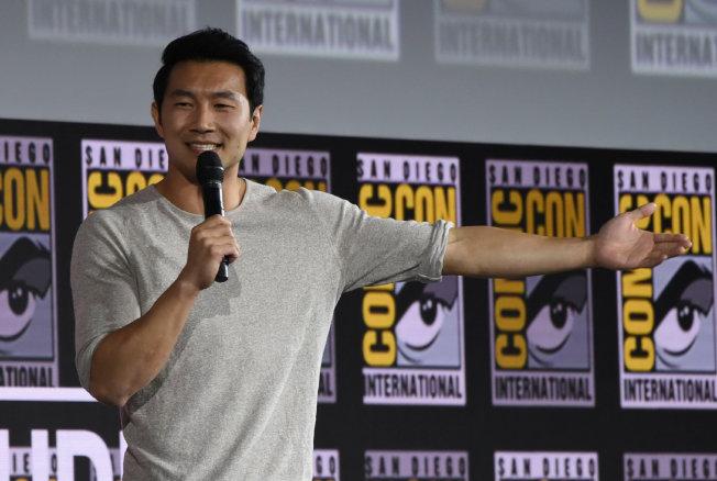 首部華裔主角超級英雄電影「尚氣:十戒傳奇」男主角是中英文流利的加拿大長大的華裔演員劉思慕。(漫威圖片)