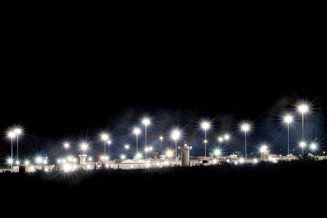 大毒梟古茲曼已送往位於科羅拉多州佛羅倫斯市戒備最森嚴的監獄,這座監獄被稱為ADX或Supermax。圖為夜色下的監獄,警戒燈明亮。(Getty Images)