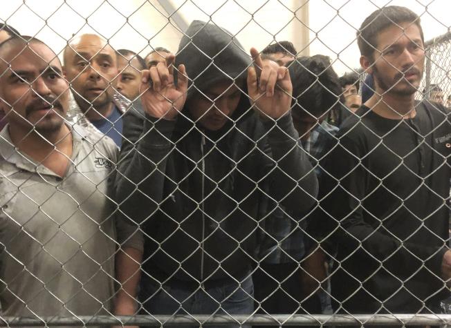 移民及海關執法局督察長的調查發現,被關押在移民拘留中心的無證移民,許多人有自殺傾向。圖為德州麥克林一處移民拘留中心。(美聯社)