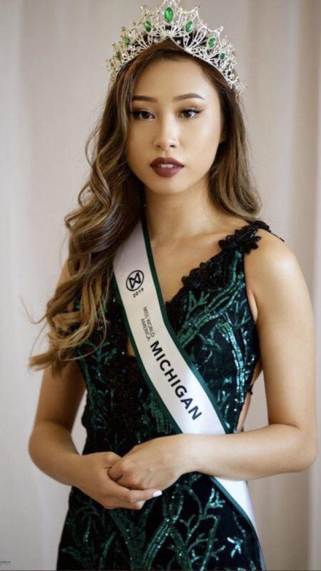 密西根大學 三年級華裔學生朱凱茜,日前贏得美國世界小姐大 賽 - 密西根小姐后冠,但不久被主辦單位取消資格。(朱凱茜家人提供)