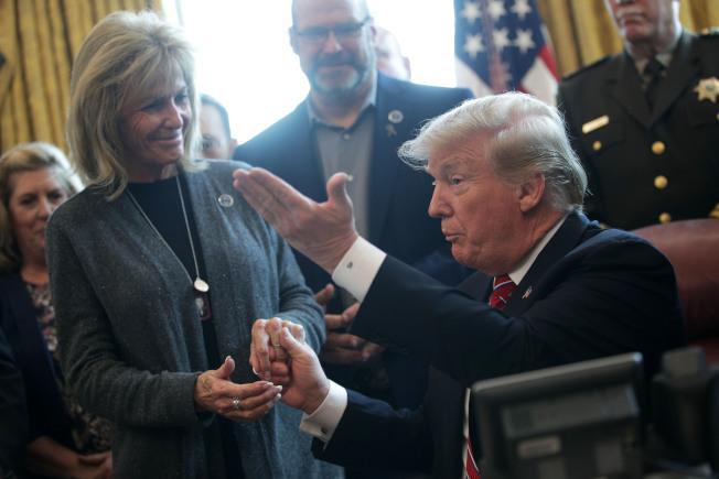 「天使之家」組織負責人瑪麗安‧孟道薩(左)3月曾受川普總統(右)邀請,至白宮參加邊界安全議題相關活動。(Getty Images)