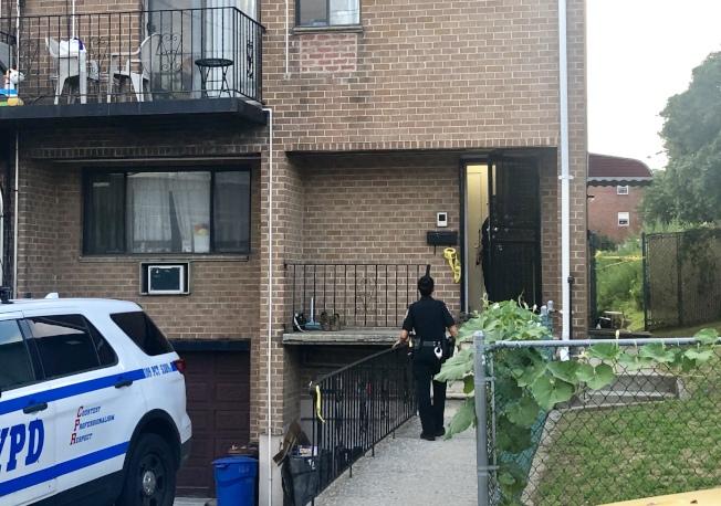 警員和探員在事發民宅調查。(記者朱蕾╱攝影)