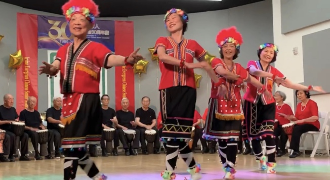 爾灣松柏會活樂園學員演出充滿青春活力的「阿里山的姑娘」。(本報記者/攝影)