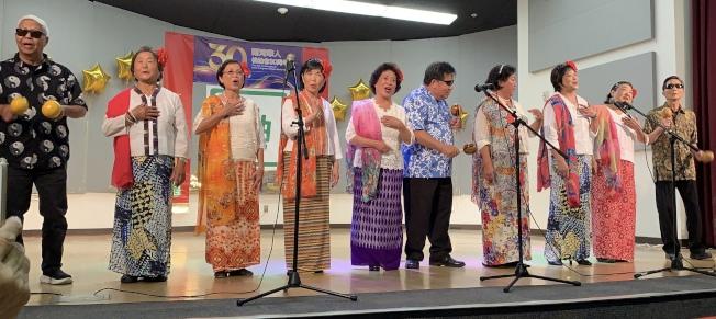 松柏會活樂園載歌載舞演出印尼民歌「哎喲媽媽」。(本報記者/攝影)