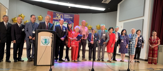 爾灣松柏會理事慶祝創會30周年,並感謝來自各方的支持。(本報記者/攝影)