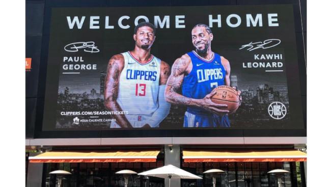 快艇隊推出大型廣告牌,歡迎喬治與雷納德「歸鄉」。(推特照片)